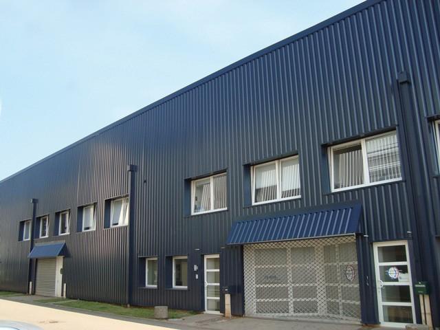 Schwarze Produktions- und Lagerhalle