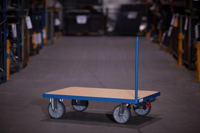 Zusammenbau eines Transport Wagen, Stahlrohr wird montiert